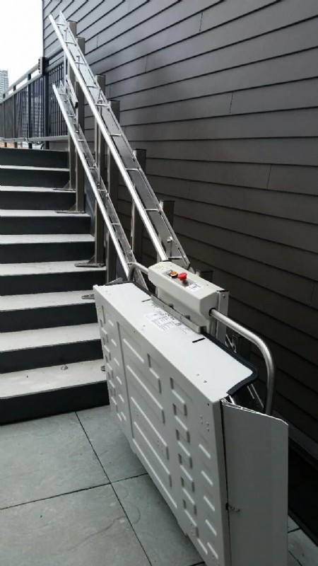 Savaria-Delta-Commercial-Inclined-Platform-Lift-installed-on-top-level-of-building-in-Chicago.jpg