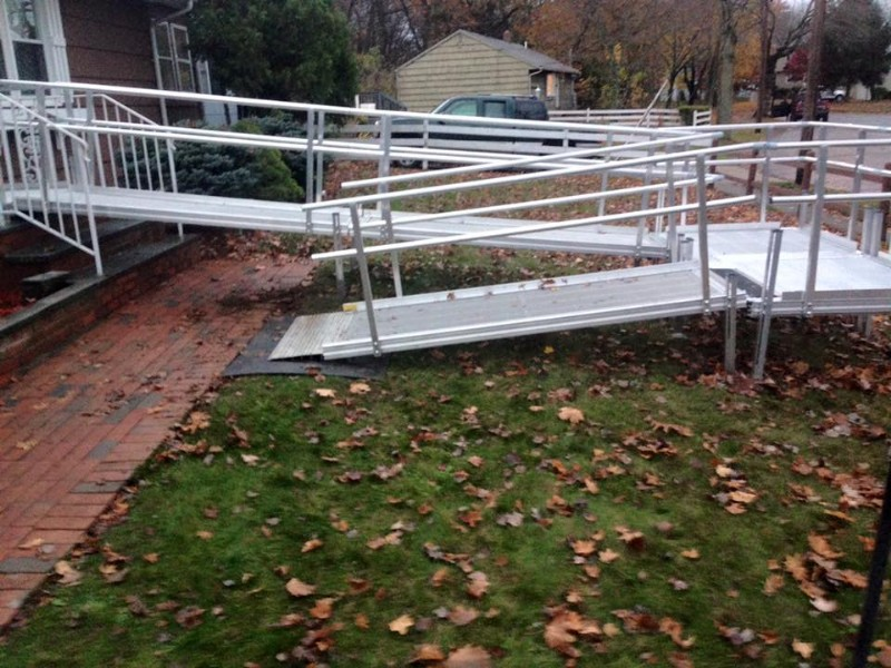 aluminum-modular-wheelchair-ramp-residential-setting