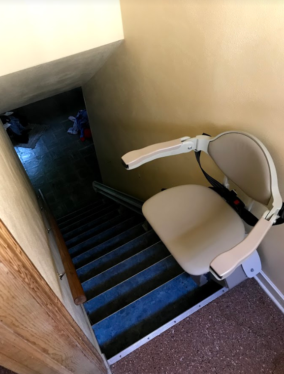 Bruno-Elan-stairlift-at-top-landing-of-staircase-in-Minneapolis-home.PNG