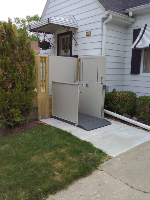 Bruno-porch-lift-for-front-door-access-Waukegan-IL.jpg