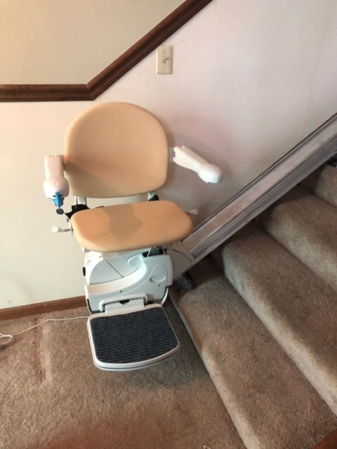 Handicare-Stairlift-on-carpeted-stairs-in-Indianapolis-home.jpg