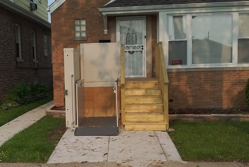 porch-lift-in-front-yard-of-Chicago-home.JPG