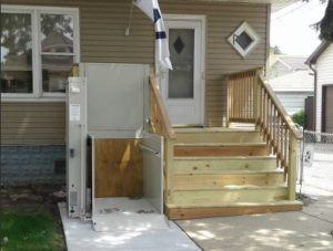 Image of an outdoor wheelchair lift in Chicago, IL that was installed by EHLS