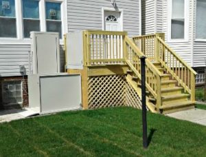 Image of an outdoor wheelchair lift installed and deck installed by EHLS at a home in Chicago, Illinois
